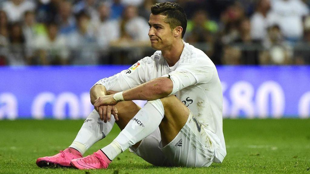 Cristiano, sentado sobre el césped del Bernabéu
