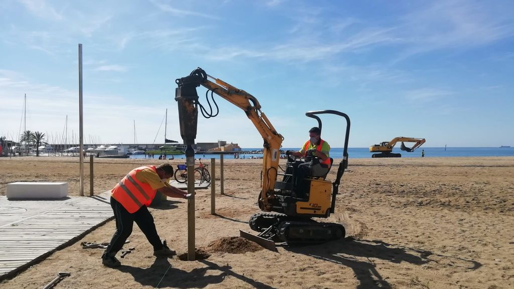 Operarios preparan playas Barcelona
