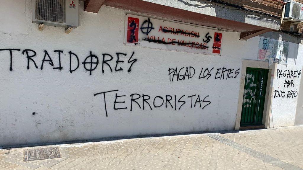 """La sede del PSOE en Villa de Vallecas amanece con pintadas de símbolos nazis y mensajes como """"terroristas"""" y """"traidores"""""""