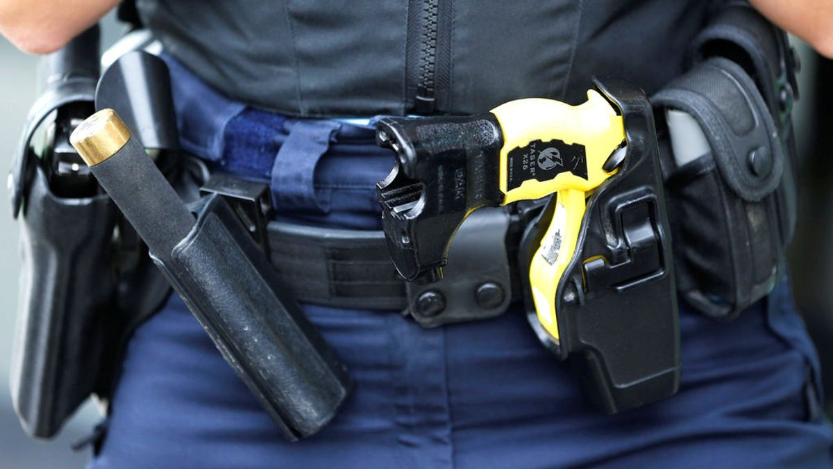 Marbella compra 15 pistolas táser para que los agentes de la Policía Local se defiendan del coronavirus