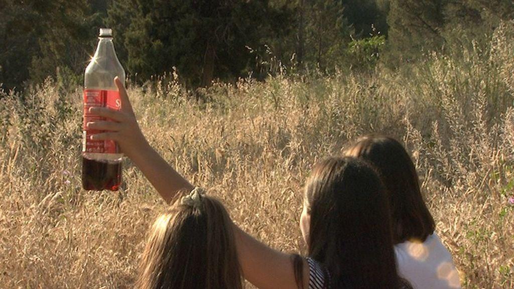 Desalojan a unos 40 estudiantes Erasmus que hacían botellón en la playa coruñesa de Carnota y les obligan a limpiarla