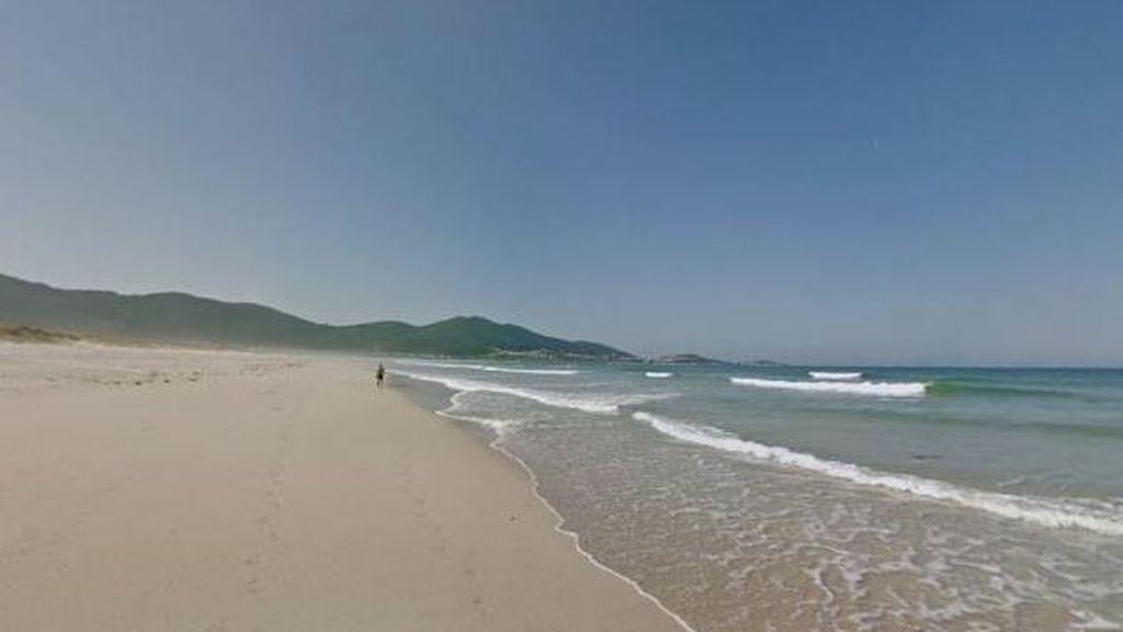 Obligan a limpiar la playa coruñesa de Carnota a 38 erasmus que hicieron botellón