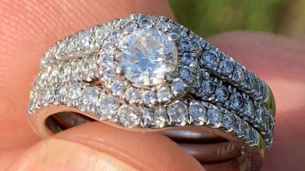 Se busca a la dueña del anillo de diamantes que un hombre encontró en la playa