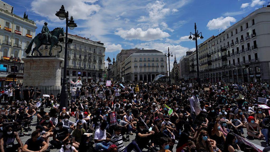 Los manifestantes contra el racismo se concentran en la Plaza del Sol