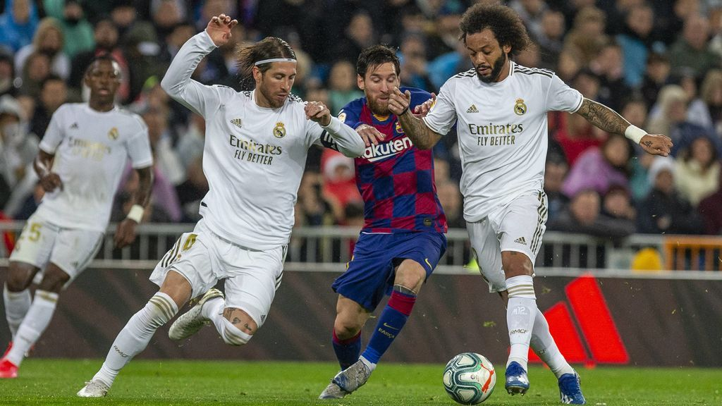 Messi disputa un balón con Sergio Ramos y Marcelo.
