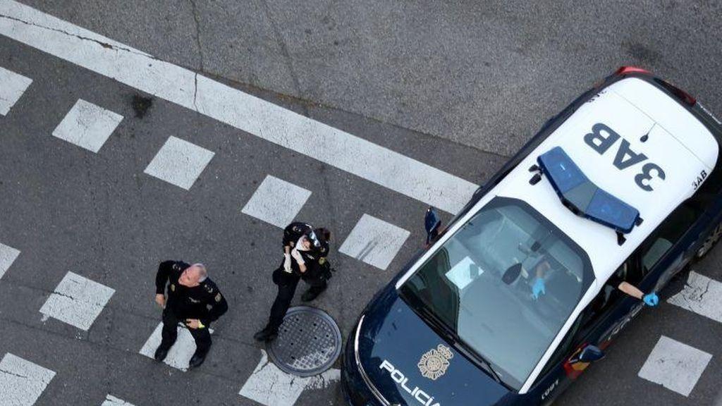 Pillan a un hombre robando cuatro potitos para sus hijos, y un agente de Policía decide pagarlo y le deja marchar
