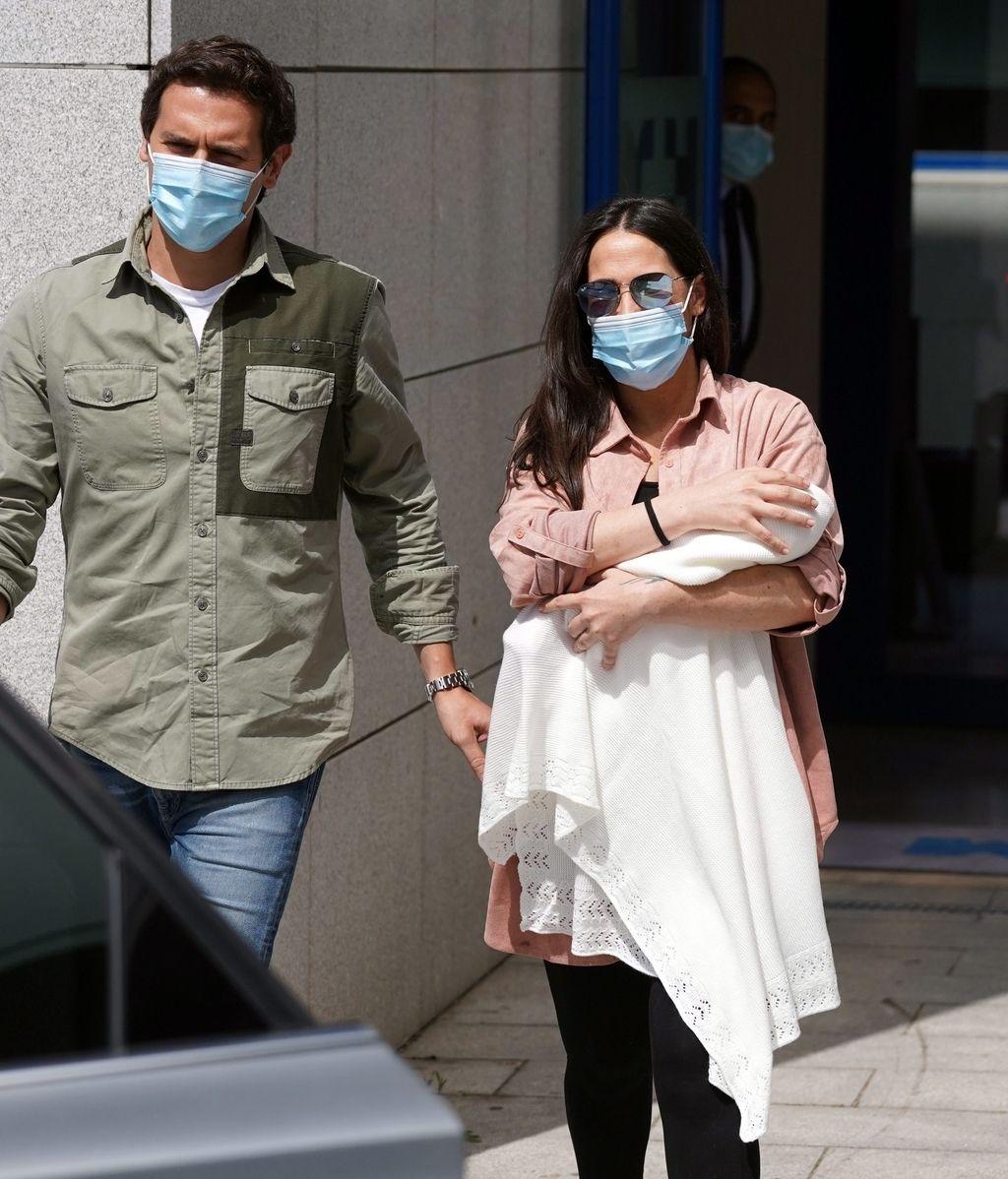 Malú y Albert Rivera salen del hospital con Lucía, su primera hija en común