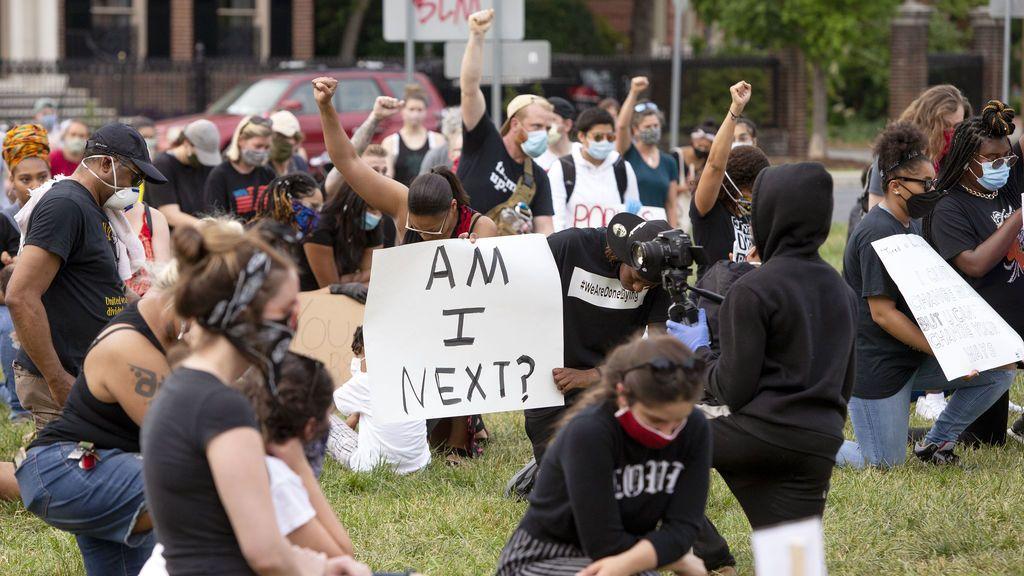Detienen al líder del Ku Klux Klan en Virginia por embestir con su camioneta contra manifestantes