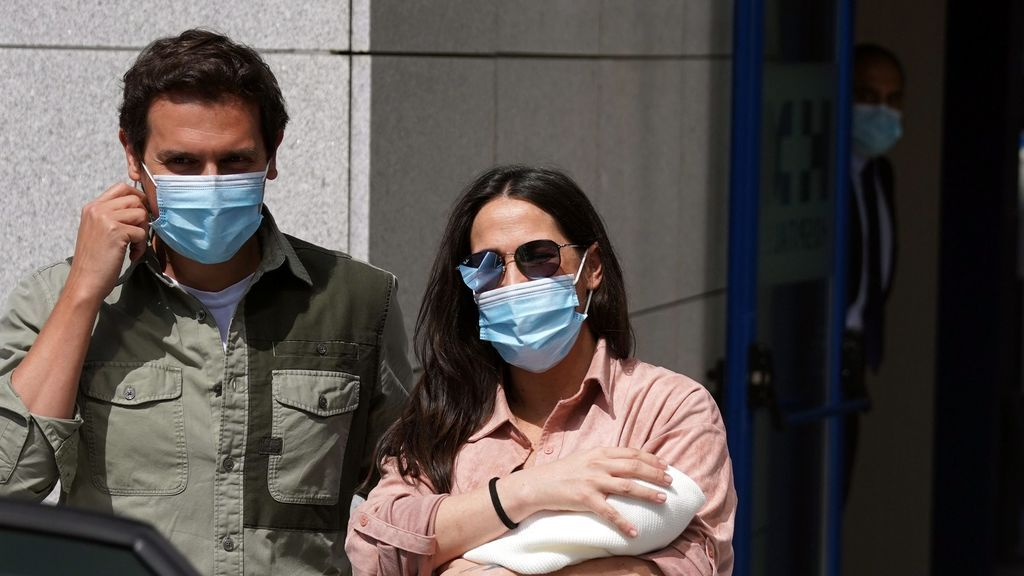Malú y Albert Rivera, saliendo del hospital con Lucía, su primera hija en común