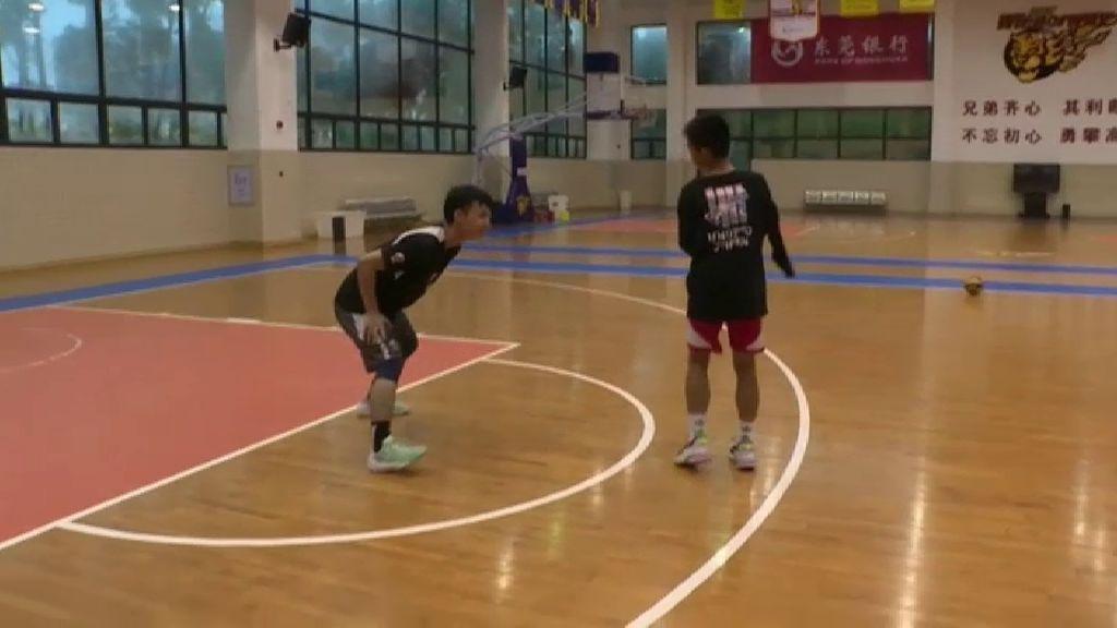 Zhang dribla a otros jugadores