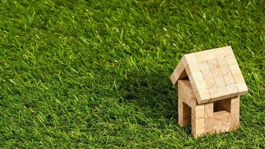 Tipos de césped artificial para hacer de tu terraza un pequeño jardín