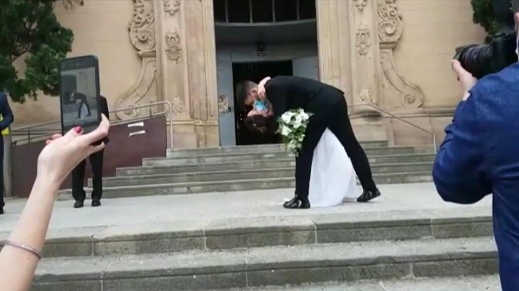 """""""Sí, quiero"""" con mascarilla. Así es una boda por la Iglesia en plena desescalada"""