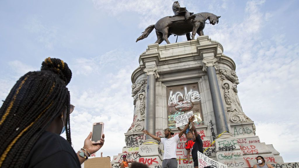 La estatua general confederado Robert E. Lee rodeada de manifestantes