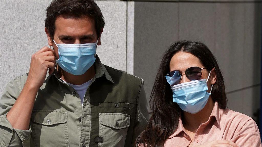 Malú y Albert Rivera abandonan el hospital con su hija Lucía