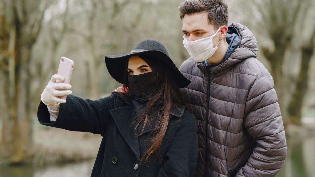Una pareja muestra su paseo en la 'nueva normalidad'