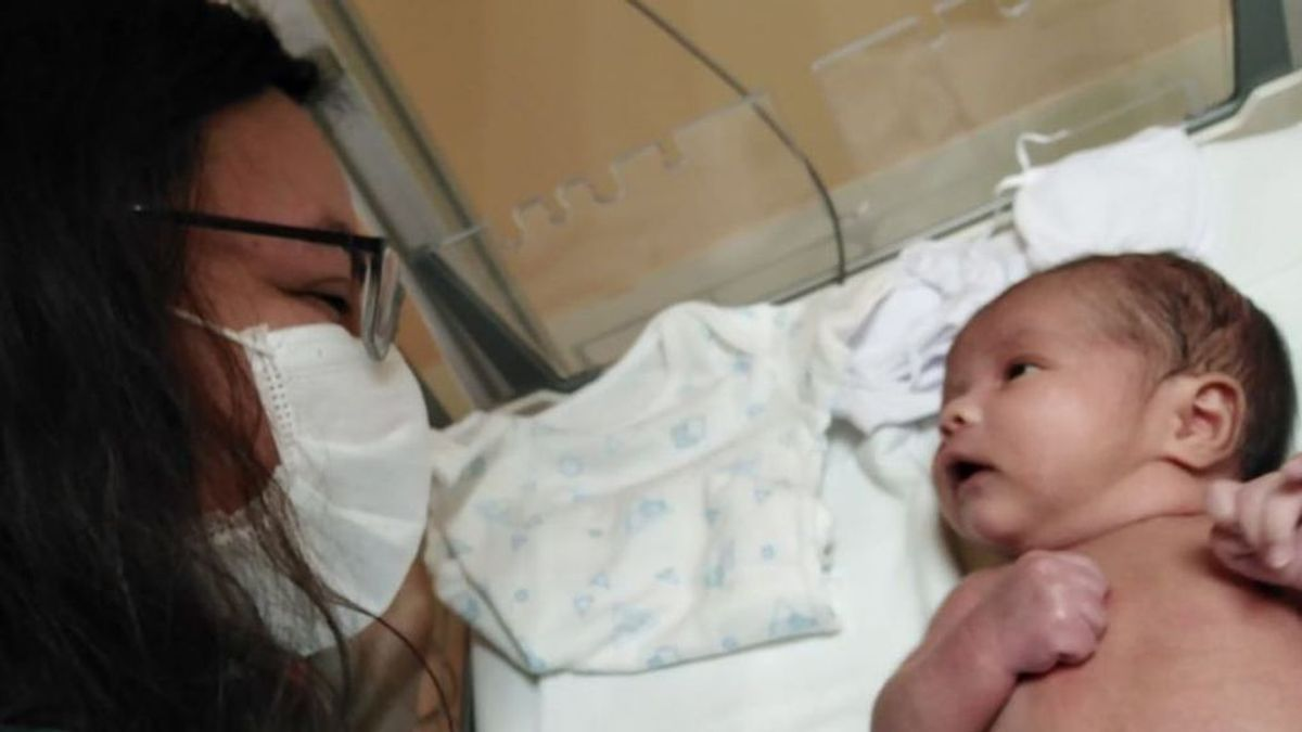 Una mujer da a luz sin saber que estaba embarazada: la pareja se enteró el día del parto que iban a ser padres