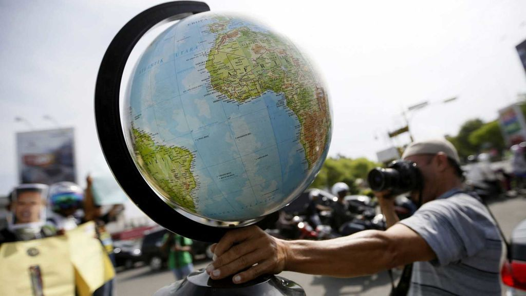 Un fotógrafo realiza una instantánea de un globo terráqueo en Indonesia