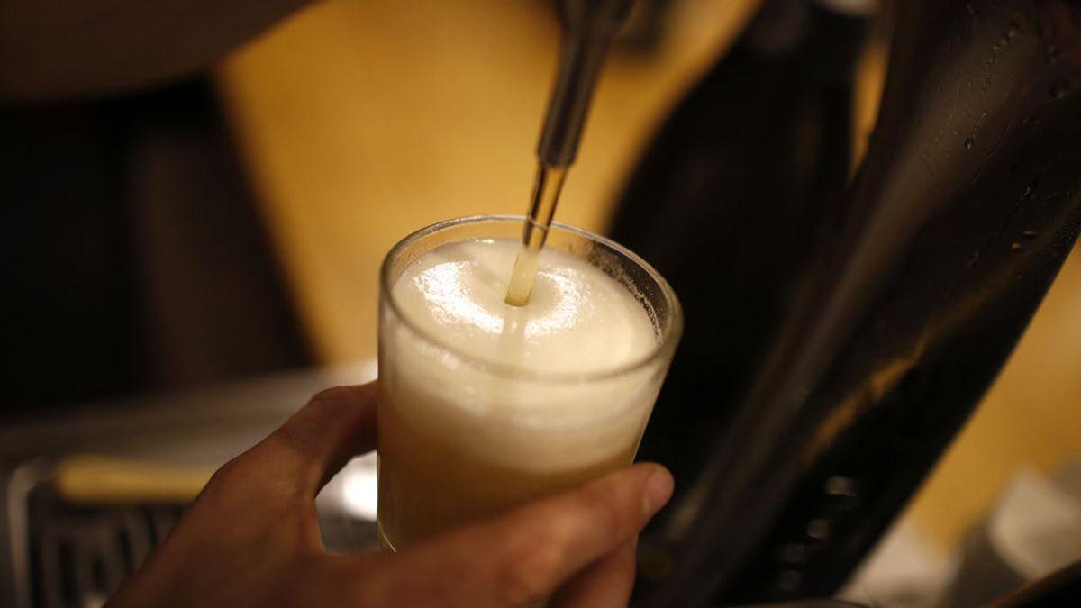 Un cliente paga 100 euros de golpe en un bar por todas las cañas que no pudo tomarse durante el confinamiento