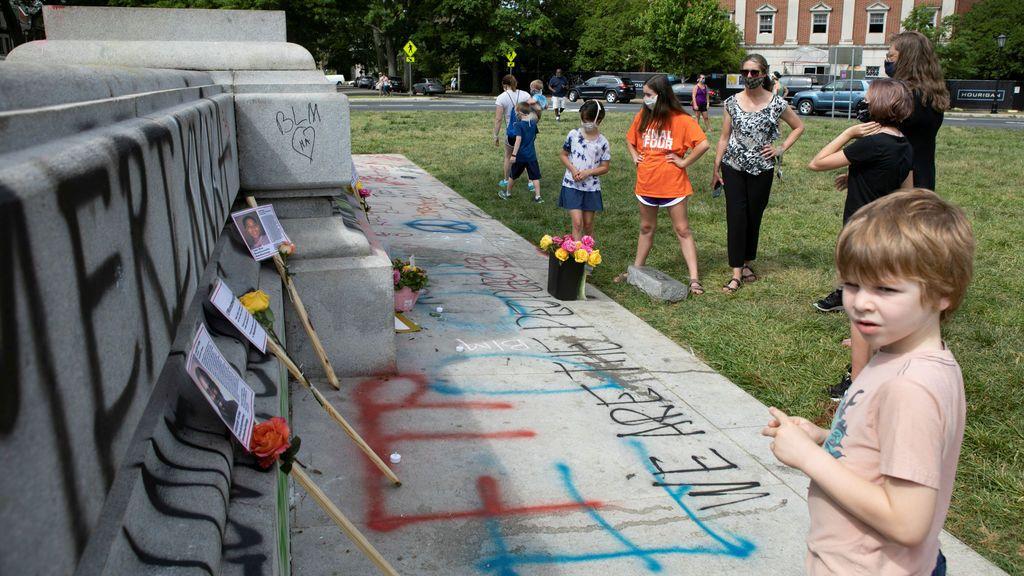 Derriban una estatua de Colón en Estados Unidos durante las protestas raciales