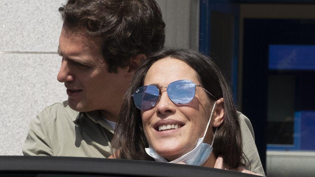 Malú y Rivera entran en el coche tras ser padres