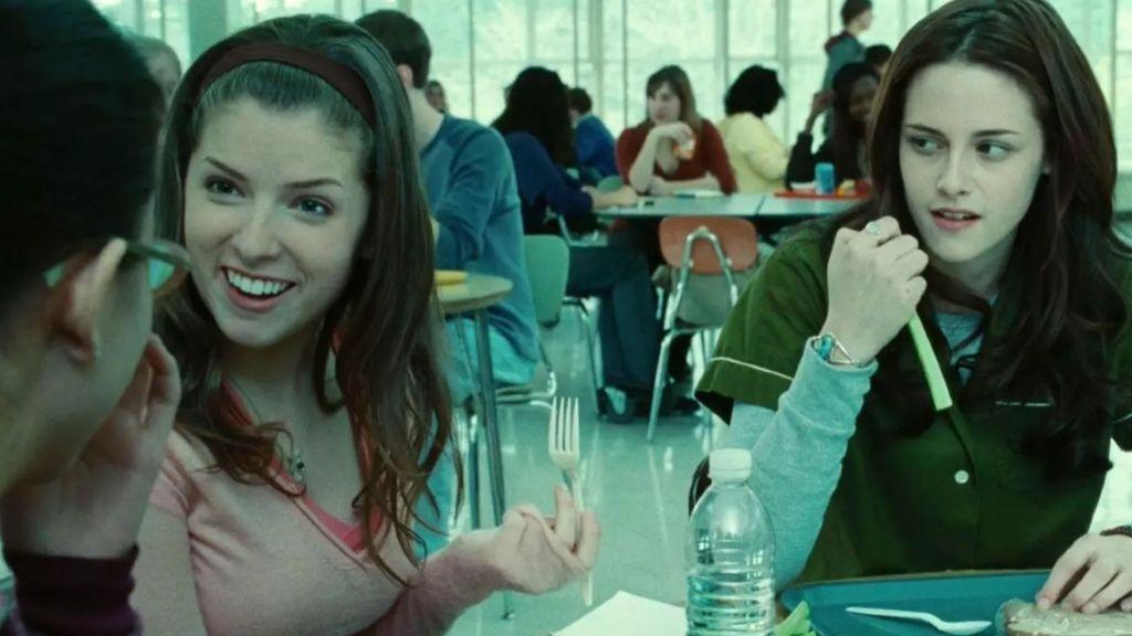 Jessica (Anna Kendrick) y Bella (Kristen Stewart) en el instituto