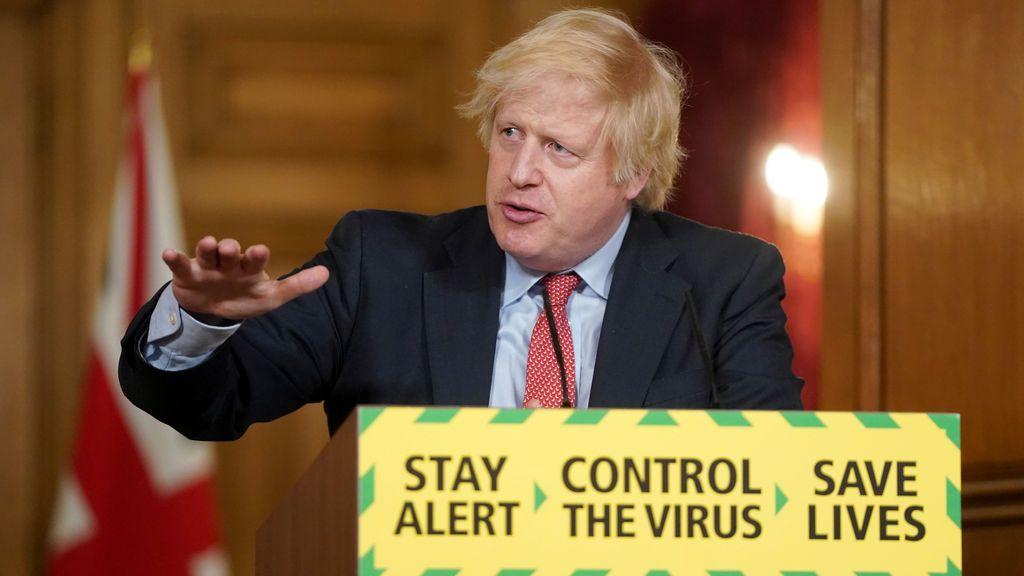 """Johnson, entre varios fuegos: """"Reino Unido podría haber salvado 20.000 vidas"""", dice un exasesor"""