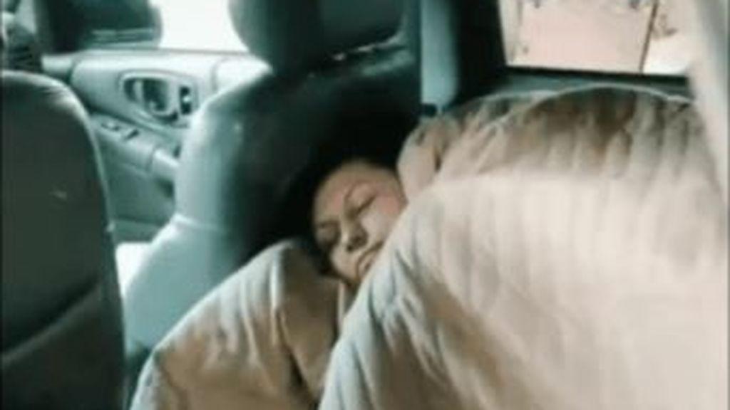 Cansada de sus hijos, se va al coche a dormir: la imagen se ha vuelto viral