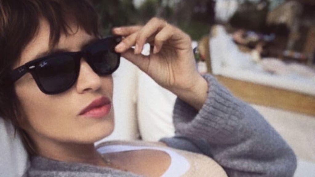 Sara Carbonero reúne toda su bisutería en un solo look: pendientes, collares y anillos que son tendencia