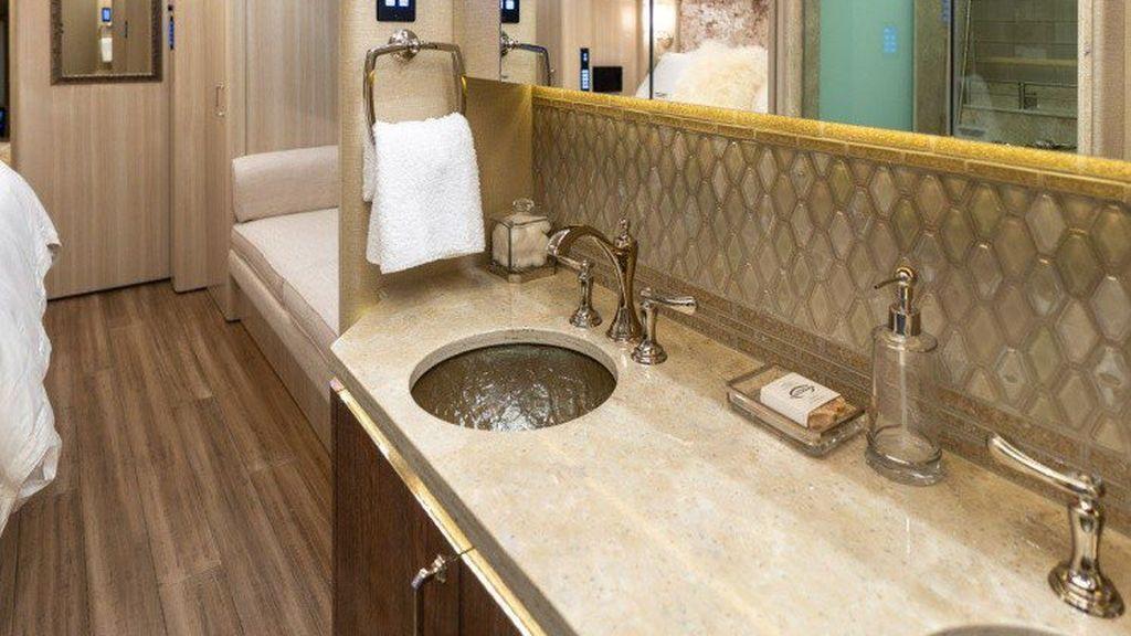 Baño situado en el dormitorio del autobús
