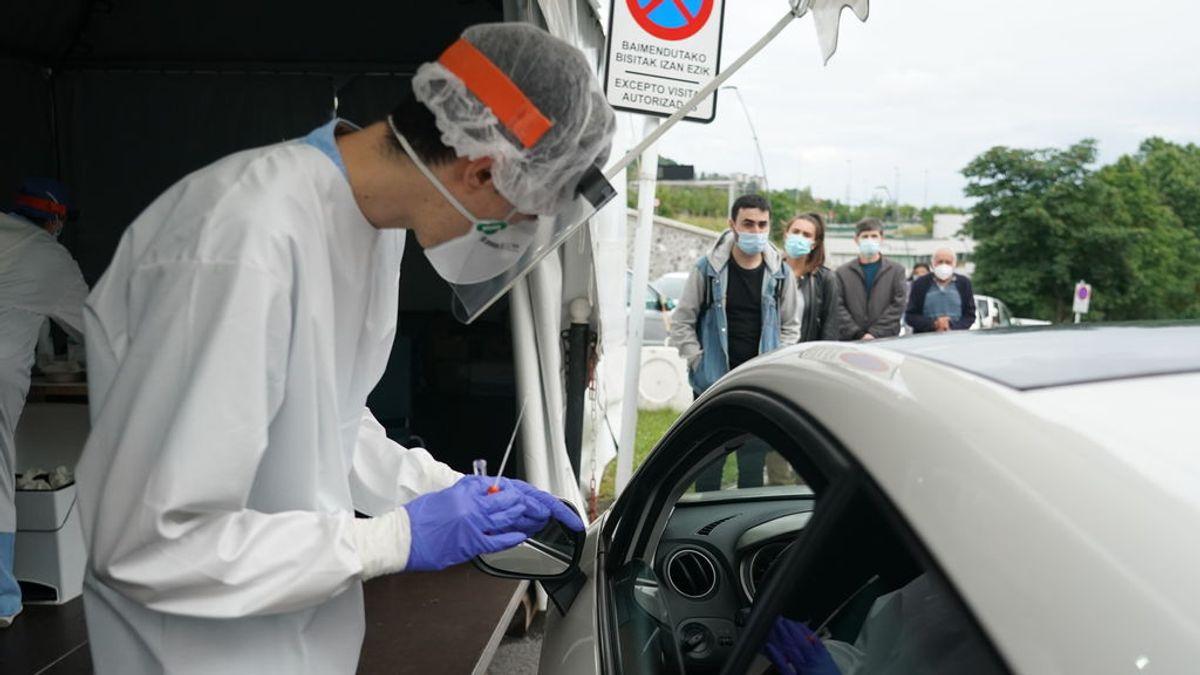 EuropaPress_3185497_trabajador_sanitario_le_realiza_test_vehiculo_hombre_zona_habilitada (1)