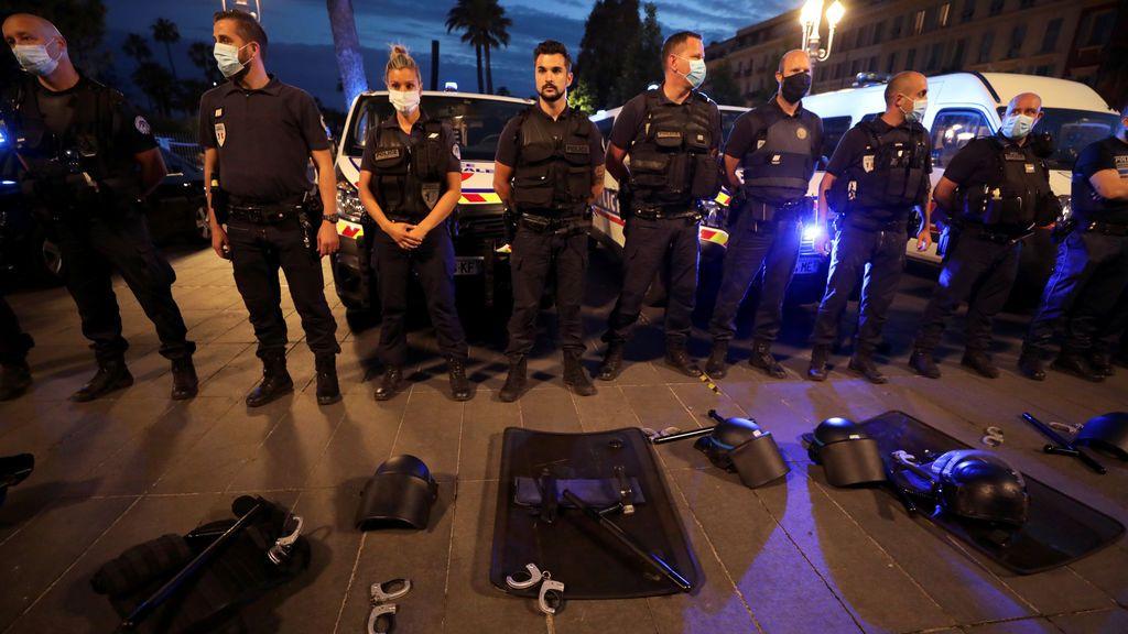 Esposas al suelo: el gesto de protesta de la policía francesa para expresar su ira