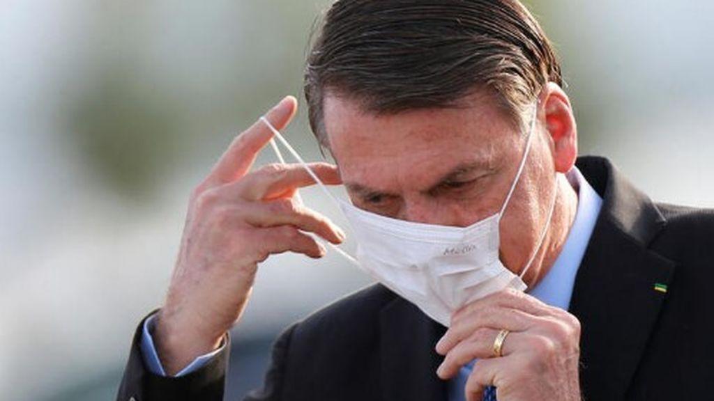 Jair Bolsonaro, al fin,  miles de muertos por Covid-19, lo hacen ponerse la mascarilla