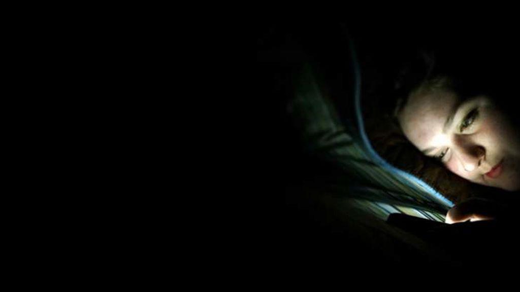 El vamping  o uso de las pantallas por la noche afectará a tu sueño y te hará engordar