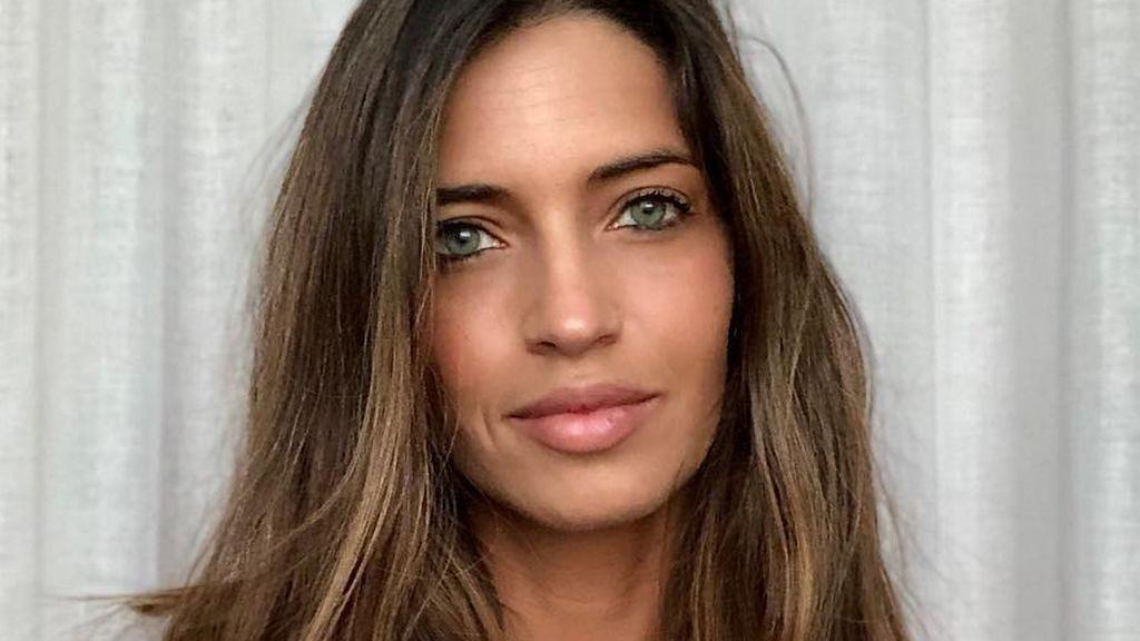 'Wet hair' y labios rojos: el look de Sara Carbonero en su noche de chicas