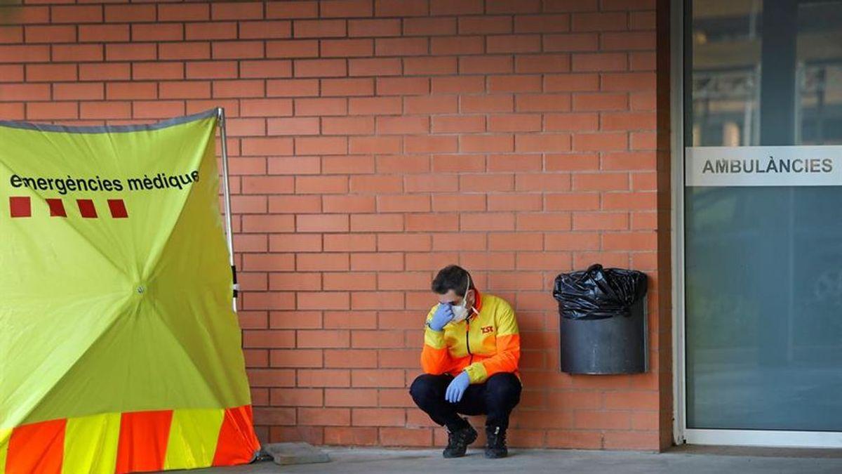 Un sanitario descansa en el exterior del Hospital de Igualada