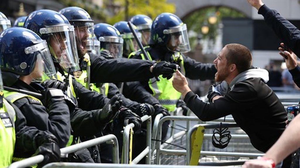 Graves disturbios entre policías y manifestantes de ultraderecha contrarios al movimiento BLM en Londres