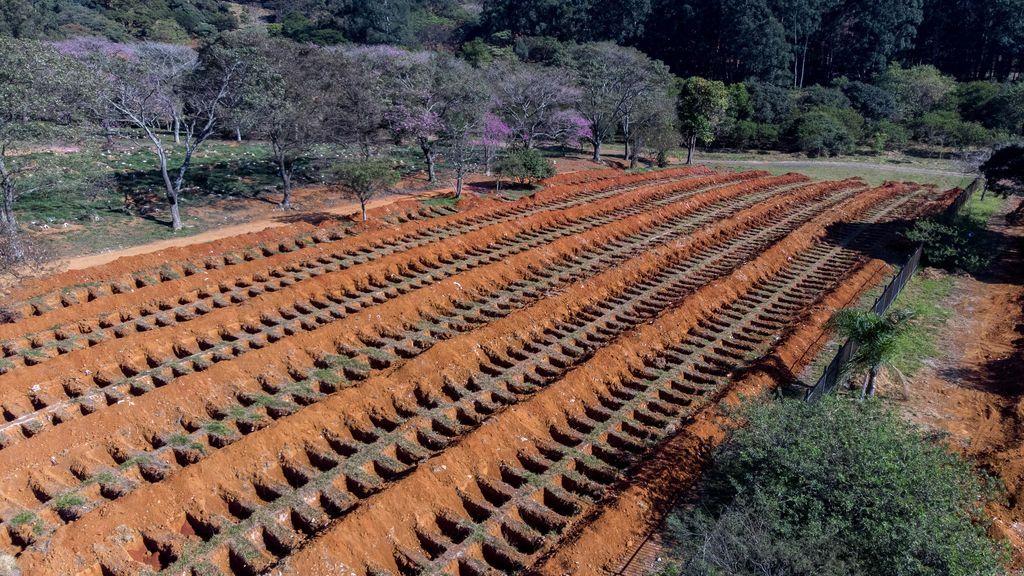 Sao Paulo traslada restos de cementerios a contenedores para hacer sitio a las víctimas del coronavirus