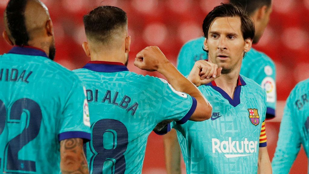 Un espontánaeo se cuela en el estadio del Mallorca, se salta todos los protocolos e intenta abrazar a Messi