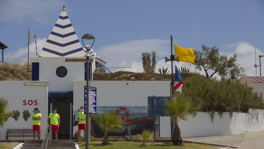 EuropaPress_3190448_puesto_sos_bandera_amarilla_puente_corpus_playa_matalascanas_huelva