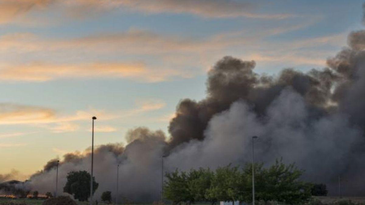 Controlado el incendio en la fábrica de neumáticos en Espeluy que cortó la A-6076 y el paso a un tren