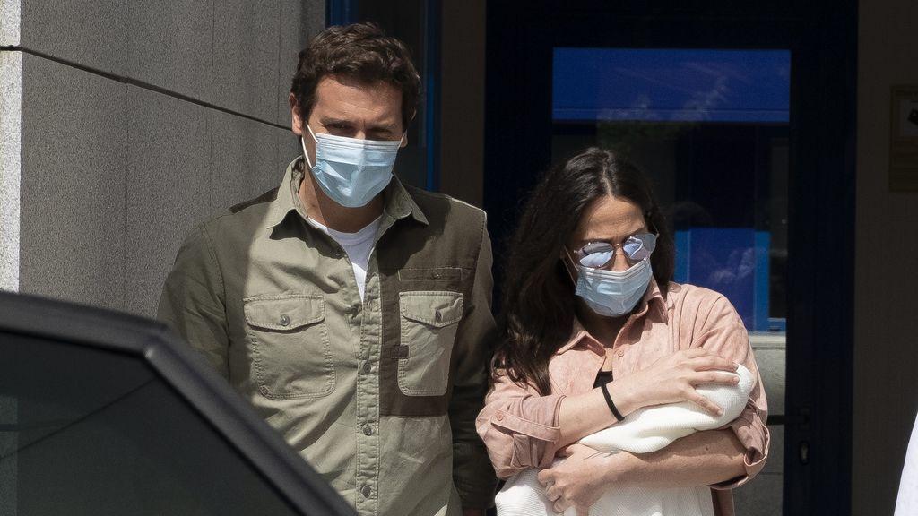 Malú junto a Albert Rivera en su salida del hospital