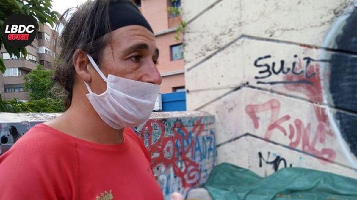 Joaquín Carmona, el 'influencer' del atletismo de 46 años que duerme en un colchón en un parque de Madrid
