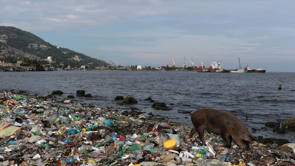 Plástico en el aire: cada año llueve el equivalente a 300 millones de botellas