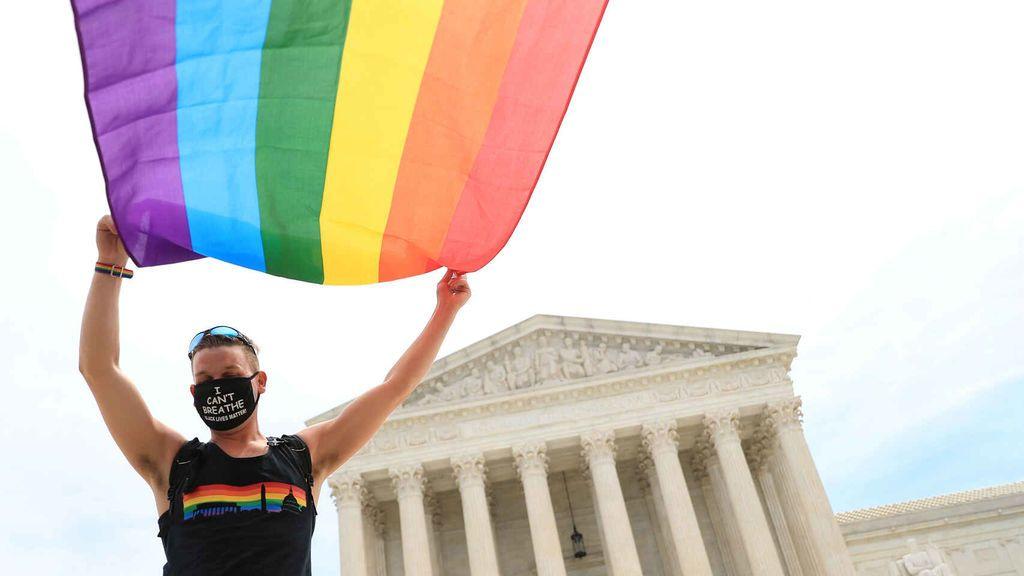 Una persona levanta la bandera LGTBI frente al Tribunal Supremo de Estados Unidos, Washington