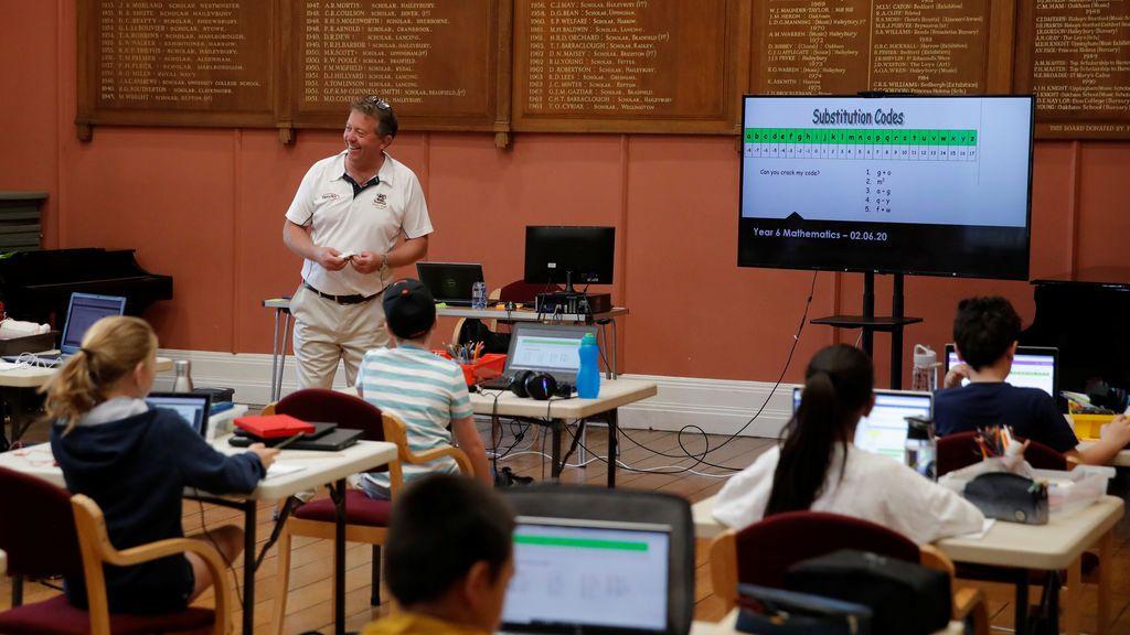 Miles de alumnos de secundaria vuelven a las aulas en el Reino Unido