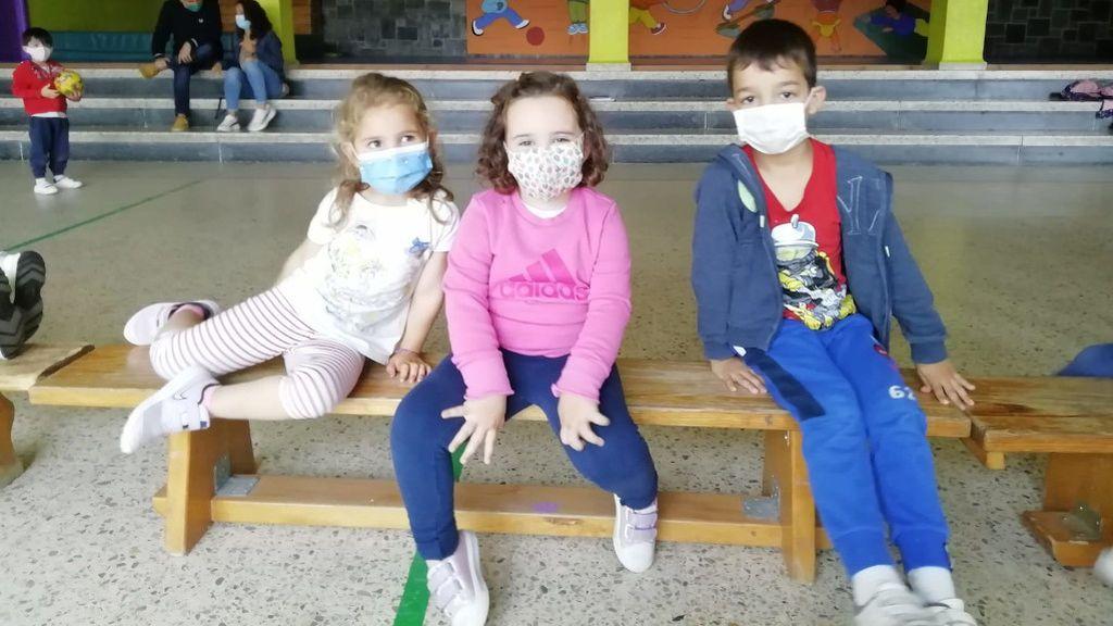 Sara, Elisa y Marco, tres de los niños que disfrutan del campamento