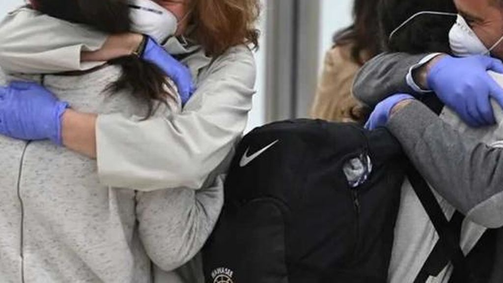 Los expertos explican cómo dar abrazos con seguridad en tiempos de coronavirus