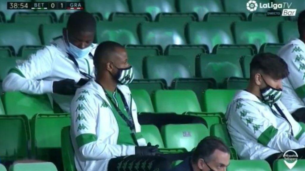Carvalho, en la grada mirando el teléfono móvil