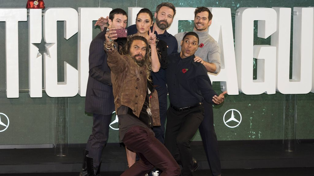 Ben Affleck no sonríe para un selfie en el estreno de 'La liga de la justicia'