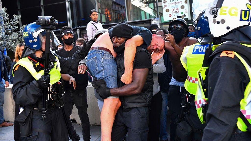 El manifestante negro y el ultraderechista blanco: la historia detrás de la foto